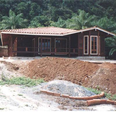 Compro Casa em madeira 4 quartos