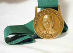 Medalha estampada com fita