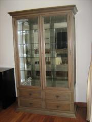 Armario de madeira com vidro