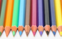Caixa com lápis colorido
