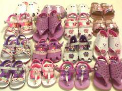 Sapatos feitos de couro artificial do bebê