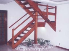 Escadas interiores madeira.