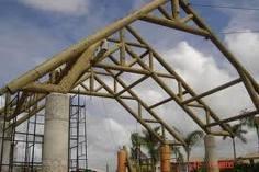 Arcos e vigas de madeira