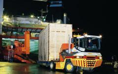 Trator para transporte interno de contêineres e
