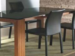 Mesas de madeira e vidro.