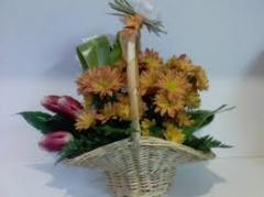 Confecção de cestas, buquês e canteiros de flores.