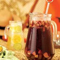 Jarras de vidro para sucos e outras bebidas.