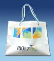 Bolsa de praia design atrativo a jovens e adolescentes em plástico bi-folhado com alças e ilhoses .