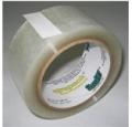 Polypack 380 - As fitas Polypack 380 são fabricadas com filme de polipropileno biorientado (BOPP) de 18g/m² (20 microns) e adesivo acrílico (18g/m²).