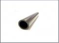 Tubos de polipropileno, secção circular, fabricados em barras de 6 e 12 metros, nas cores cinza e preta.