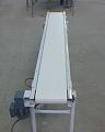Transportadores de Correia são compostos por uma correia normalmente fabricada em Lona, PVC ou borracha a qual é apoiada sobre roletes ou chapas e acionada por um motoredutor.