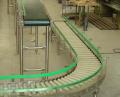 Transportadores de Roletes Acionados são compostos por roletes com engrenagens acopladas a sistema de transmissão por correntes e acionadas por motoredutores.