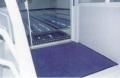 Tapetes de nylon com base de borracha, que retêm até 1,5 l de água e 1 kg de particulados, proporcionando maior durabilidade nos pisos internos e evitando acidentes.