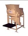 Descascador de MamonaO Descascador de Mamona Limeira foi desenvolvido para o descasque do produto, deixando a semente da mamona pronta para a extração de seus derivados.         O equipamento tem sua estrutura metálica e bastante compacta, composto por mo