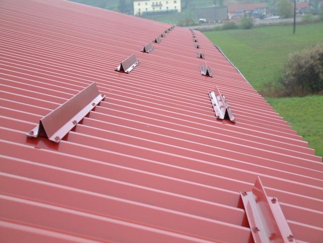 Encomenda Instalando guarda neve no telhado