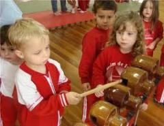 Centros de criatividade e desenvolvimento musical infantil.